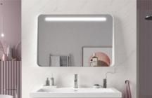 Apolo apresenta um espelho com banda superior luz led e uma moldura metálica com prateleira com diferentes acabamentos, como branco mate, preto mate e ouro mate.