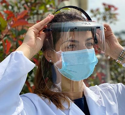 Graças à sua capacidade de inovação e rápida ação de produção, a OLI dá o seu contributo industrial no combate à pandemia da Covid-19, produzindo viseiras para auxiliar a proteção dos profissionais de saúde no tratamento dos doentes com o no